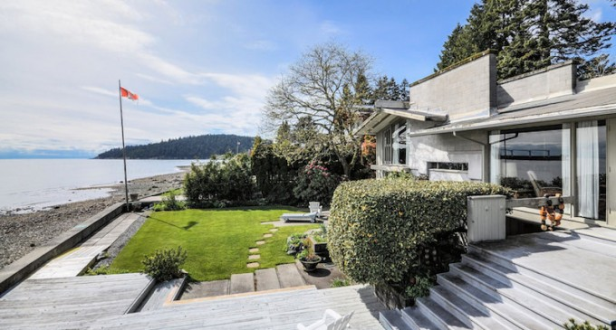 """Vancouver Beach House Designed by Renowned Architect Being Sold As """"Tear Down"""""""