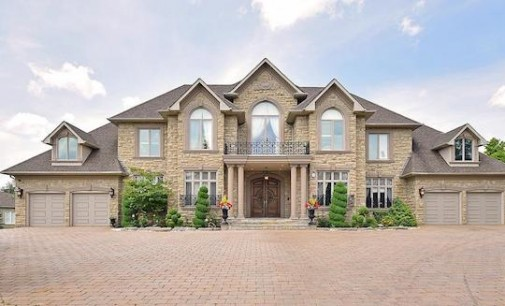 Canadian Home Comes With Hockey Rink (PHOTOS)
