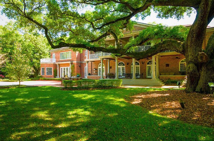 10-Backyard-adorned-with-Oak-trees