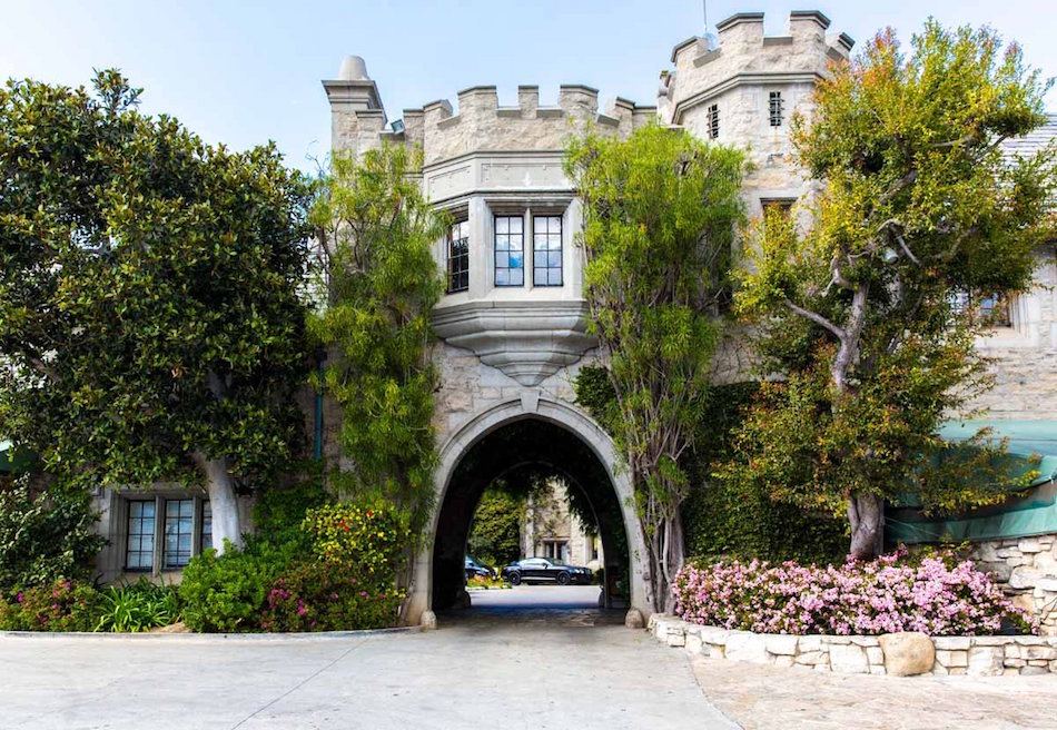 with-29-rooms-the-mansion-boasts-plenty-of-space-to-spread-out