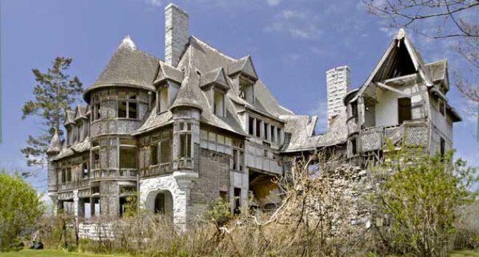 Inside Carleton Island, NY's Crumbling c.1894 Carleton Villa (PHOTOS & VIDEO)