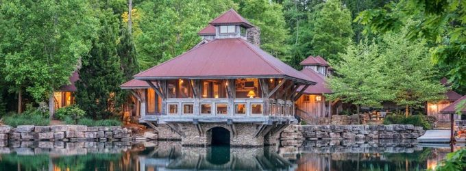 Tennessee Lake House by JLF Architects Appears to be Floating on the Water (PHOTOS)