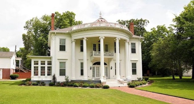 Columned 1940s Residence Sells for $148K in Selma, AL (PHOTOS)
