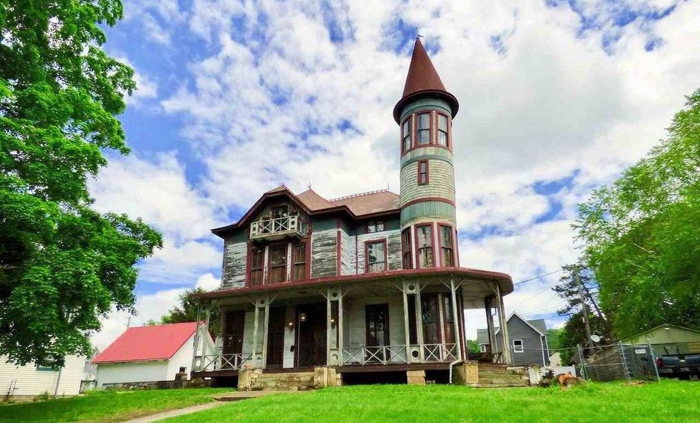 c.1850 Victorian in Need of Restoration lists in Ironton, OH for $145K (PHOTOS)